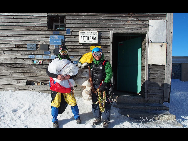 След 6 часовото изкачване на вр. Ботев късно вечер с парапланерите на гръб, при зимни условия, сме готови да стартираме на следващата сутрин с първите полъхчета на вятъра