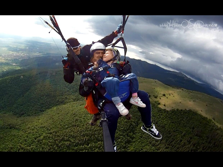 Полет с парапланер тандем (триндем :) .Малката смела девойка, заедно с нейният татко